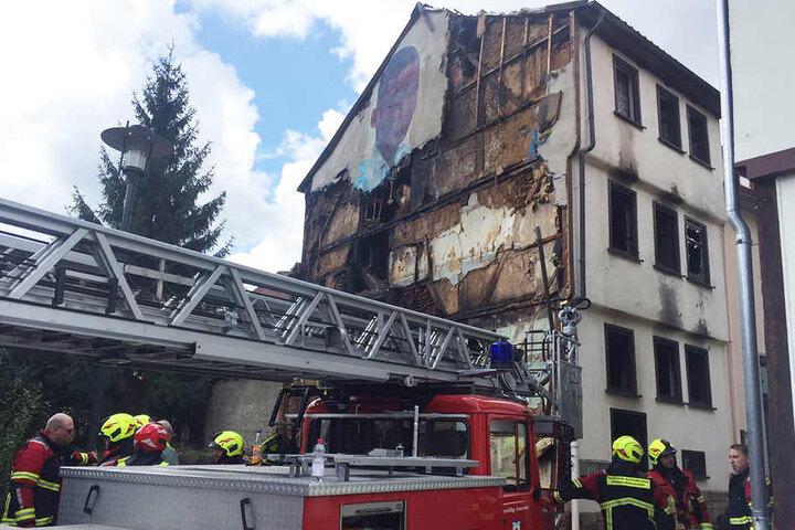 Das Haus brannte vollkommen aus. Eine 32-Jährige und ein bisher unbekannter Mann starben in den Flammen.
