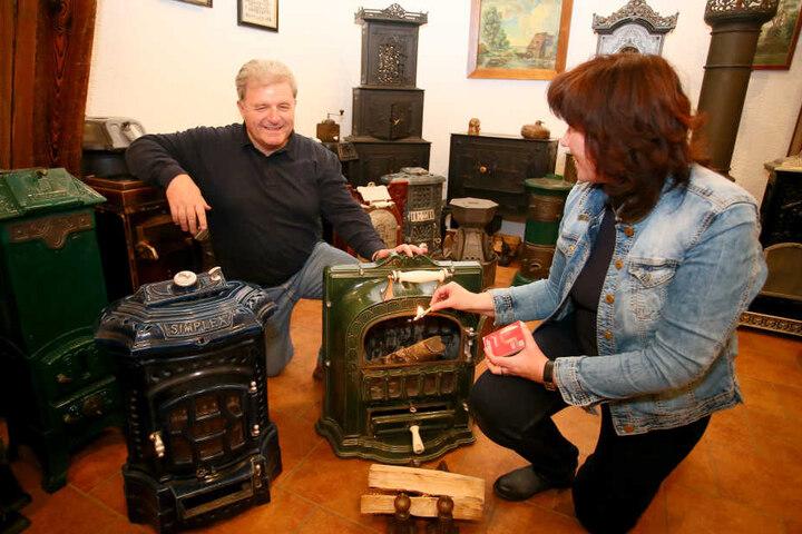 Retten alte Öfen vor dem  Müllhaufen (der Geschichte): Der grüne transportable Ofen von Heidrun (55) und  Gerald (56) Kräger stammt ursprünglich aus einer alten Leipziger Villa.