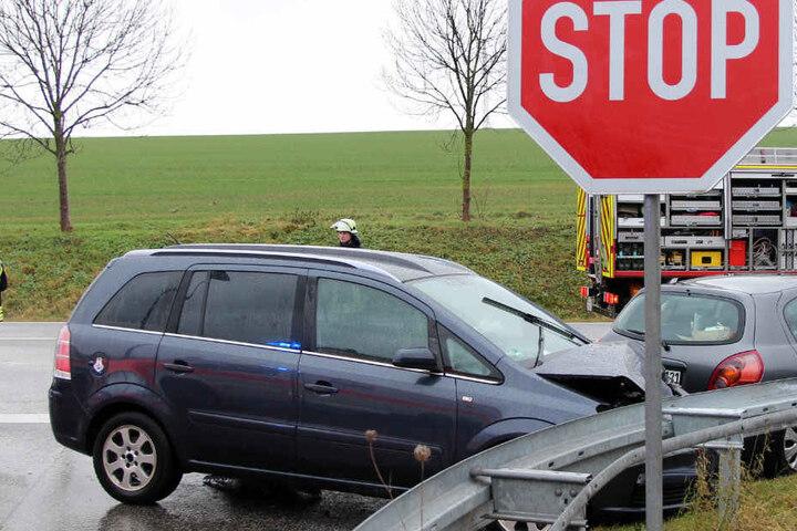 Drei Menschen wurden bei dem Unfall verletzt.