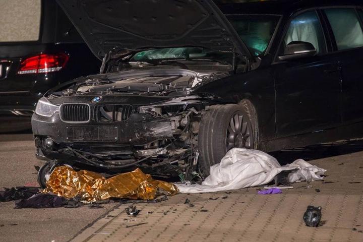 Der Motorradfahrer war bei der Kollision unter den BMW geraten.