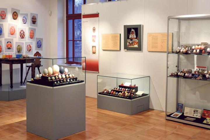 Thematisch auf diverse Vitrinen verteilt, werden die Eier bei Ausstellungen  präsentiert.