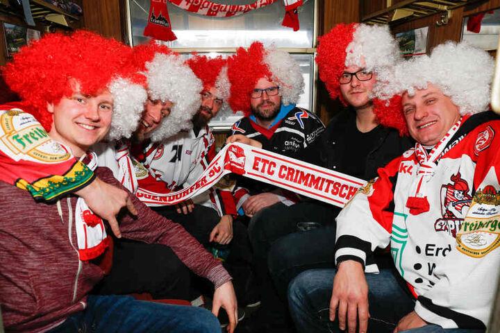 """Rot-weiße Perücken, Schals, gute Laune - auch diese sechs eingefleischten Anhänger der Eispraten genossen das Erlebnis """"Fanzug nach Deggendorf""""."""