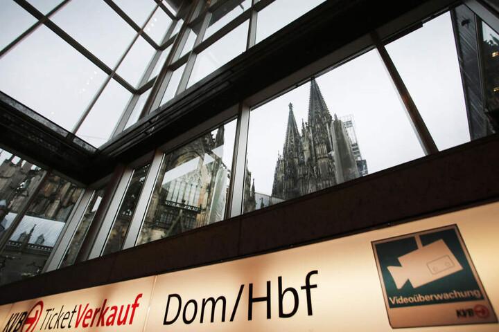 Vor einem Café am Kölner Hauptbahnhof wurde der Tatverdächtige festgenommen.