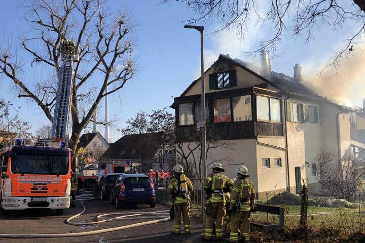 Aktuell versucht die Feuerwehr das Feuer in den Griff zu bekommen.