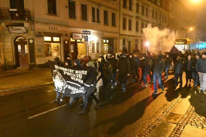 Mit Pyrotechnik, Trommeln und Trillerpfeifen waren die Demonstranten unterwegs.
