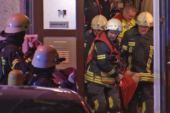 Der schwerverletzte Mann wurde durch Kameraden der Feuerwehr nach unten getragen.