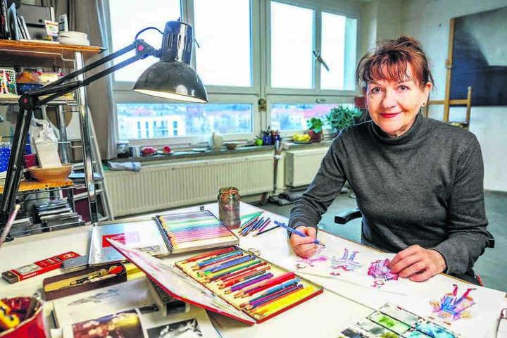 Malerin Erika Lust entwirft in ihrem Atelier neue Kostüme für das Annaberger Theater.