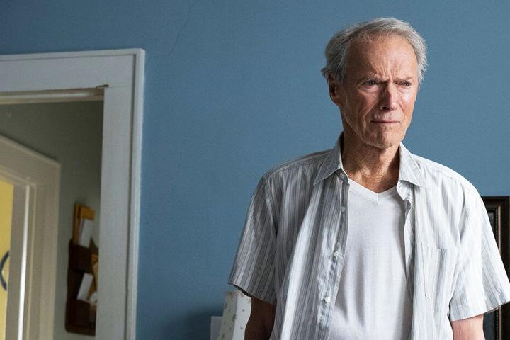Earl Stone (Clint Eastwood) nimmt einen moralisch fragwürdigen Job an.