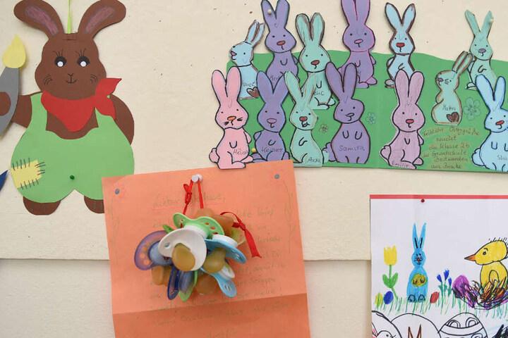 An den Wänden im Postamt hängen gemalte Bilder und Schnuller.