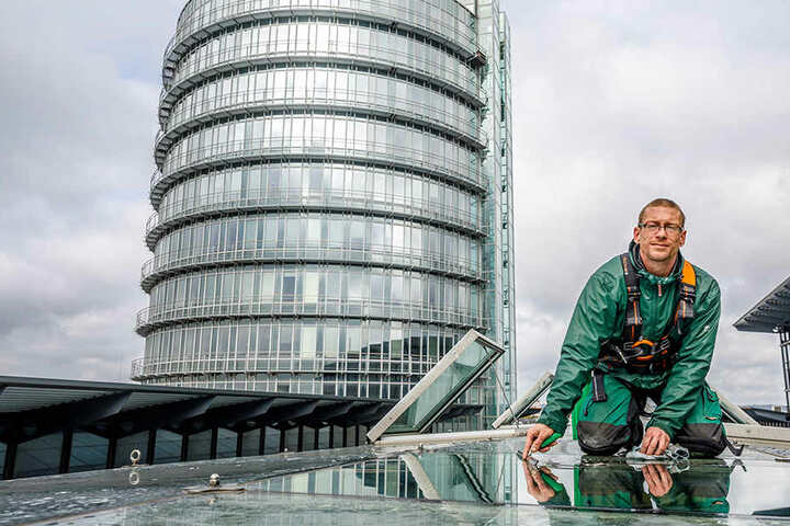 Andreas Raimann (35, Glas- und Gebäudereiniger) putzt die Fenster auf dem Dach des World Trade Center (WTC).