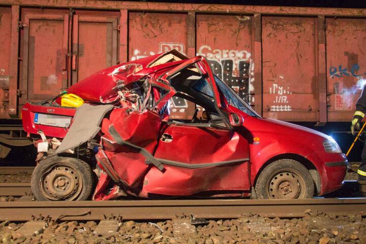 Ein Güterzug stieß mit dem Auto zusammen.