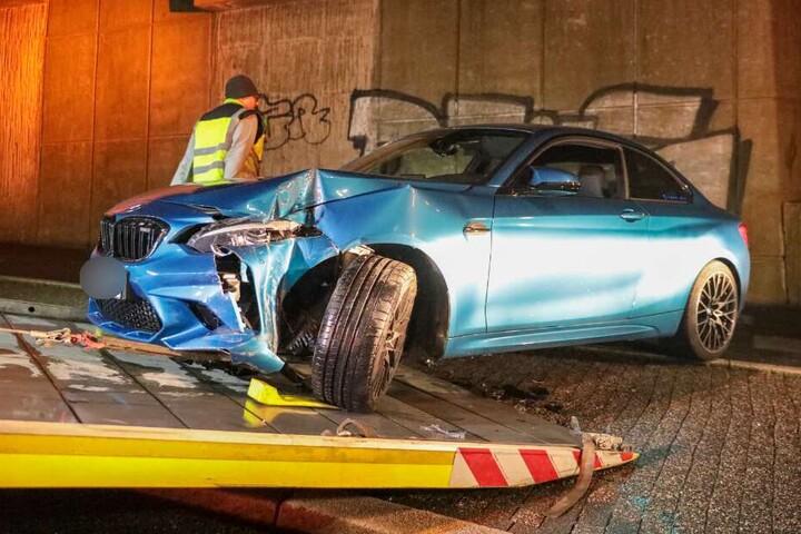 Nach dem Unfall musste der BMW abgeschleppt werden.