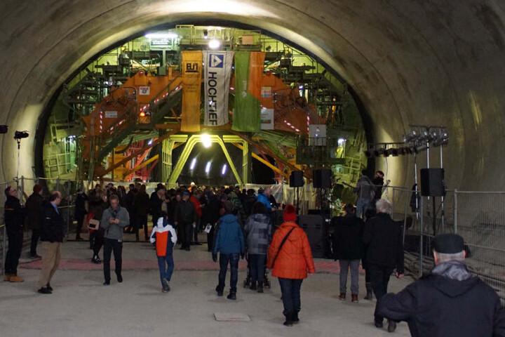Auf der Baustelle können Besuche rauch Tunnelluft schnuppern.