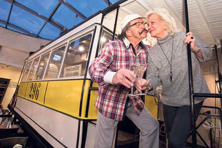 Chansonnette Dorit Gäbler stößt mit ihrem Mann Karl-Heinz Bellmann (70) auf ihren 75. Geburtstag an.