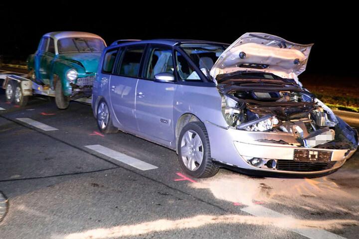 Der Renault wurde bei dem Unfall stark beschädigt.