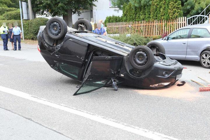 Der Seat blieb nach dem Unfall auf dem Dach liegen.