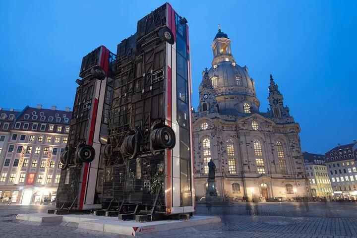 """So sah das """"Monument"""" Schrottbusse auf dem Neumarkt vom deutsch-syrischen Künstler Manaf Halbouni aus."""