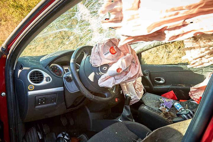Der Fahrer des Unfallwagens trug laut Polizei leichte Verletzungen davon.