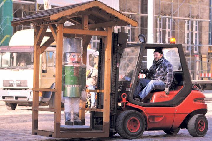 Harte Arbeit: 20 Männer sorgen dafür, dass der Weihnachtsmarkt nach nur drei Tagen steht.