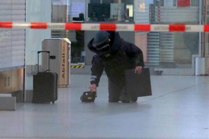 Die Bundespolizei untersucht derzeit den Koffer.