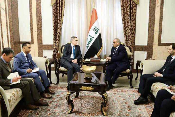 Bagdad: Adel Abdel Mahdi (2.v.r), Ministerpräsident des Irak, spricht im Rahmen eines Treffens mit Matthew Tueller (3.v.l), US-Botschafter im Irak, im Büro des Ministerpräsidenten.