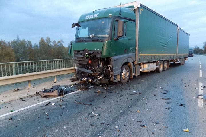 Die B20 war nach dem Unfall für Stunden gesperrt. Der Helm des Bikers steckt noch im Lkw.