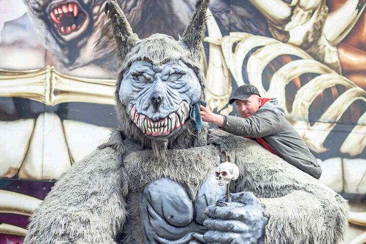 Dem Werwolf müssen noch die Zähne geputzt werden, dann kann es heute losgehen  auf dem Frühlingsvolksfest.