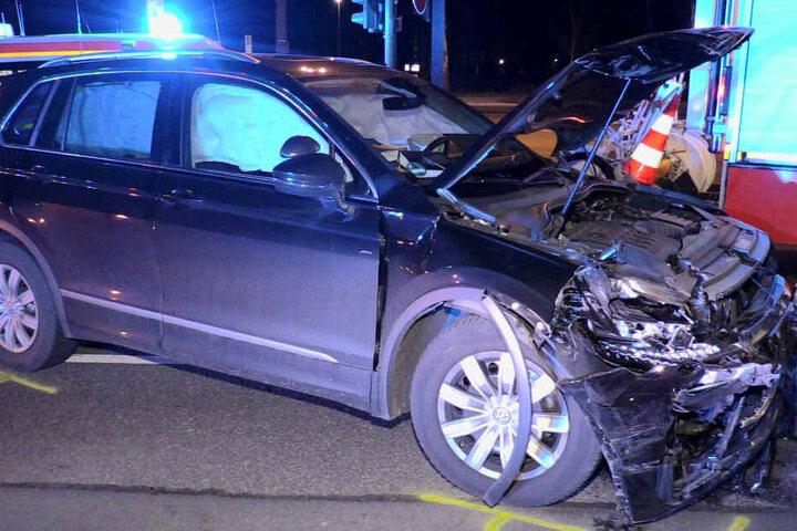 Auch der VW der Fahrschule wurde durch den Unfall schwer in Mitleidenschaft gezogen.