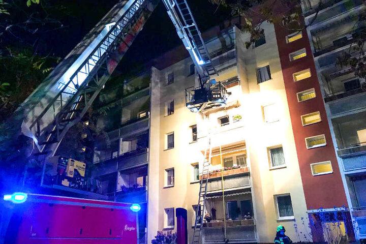 Eine 80-Jährige musste mit per Feuerwehrleiter von einem Balkon gerettet werden.