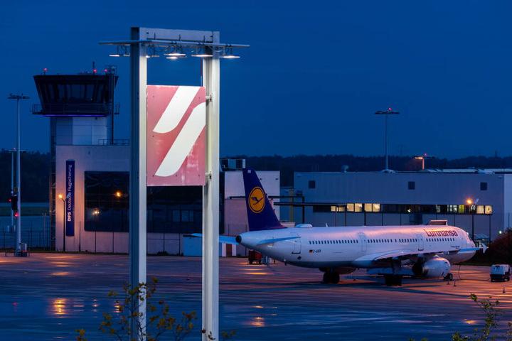 Ein Flieger der Lufthansa am Donnerstagfrüh am Boden am Dresdner Flughafen.