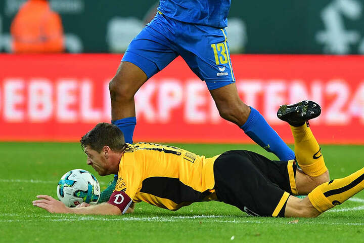 """Andreas """"Lumpi"""" Lambertz (unten) erlebte mit Dynamo zwar keine Bruchlandung, zufrieden war bei den Gastgebern mit dem Remis aber keiner."""