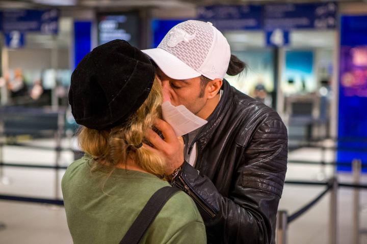 Ein Kuss vor dem Abflug: Lisa musste Abschied von Bechir nehmen.