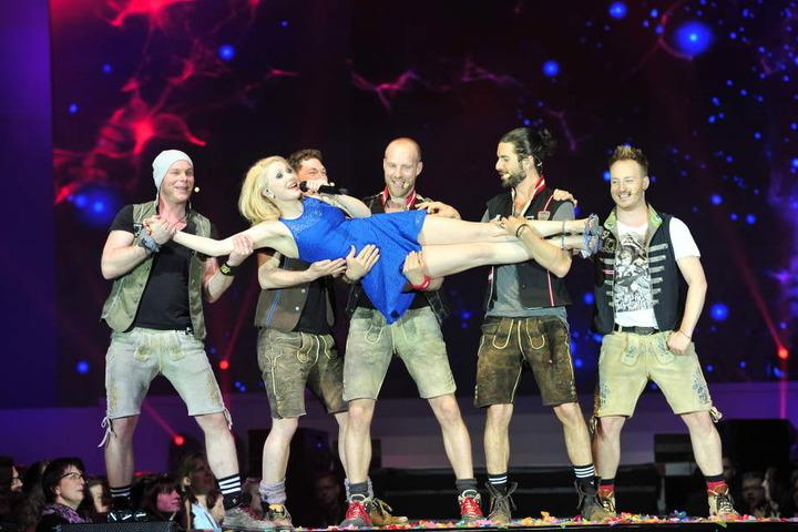 Sarah Jane Scott mit voXXclub auf der Bühne.