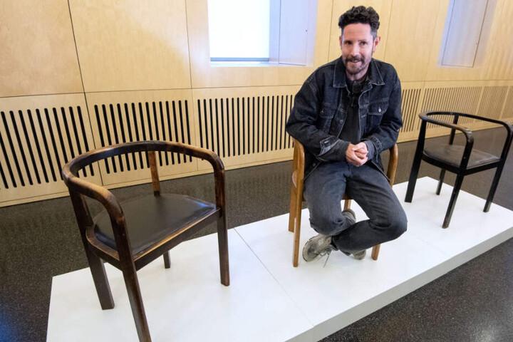 Max Herre sitzt nach einer Pressekonferenz auf einem Stuhl, den sein Großvater entworfen hatte.