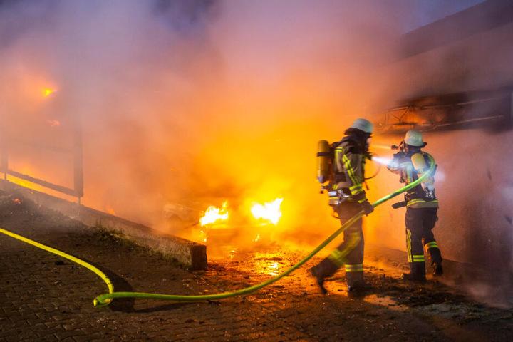 Zwei Feuerwehrleute bei den Löscharbeiten des Vereinsheims.