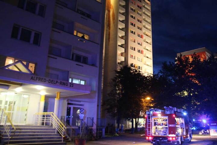 Ein Mensch starb, zwei weitere wurden bei dem Hochhausbrand verletzt.