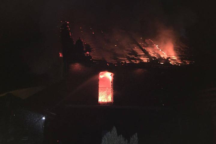 Flammen schlugen aus dem Dach, als die Feuerwehr ankam.