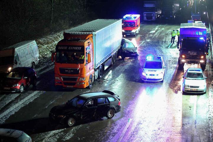 Rund 30 Fahrzeuge waren an dem Unfall beteiligt.