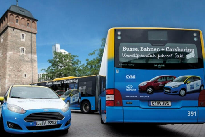 """Die CVAG unterstützt die Idee von """"teilAuto"""" und beklebte dafür einen Stadtbus in den Farben des Unternehmens."""