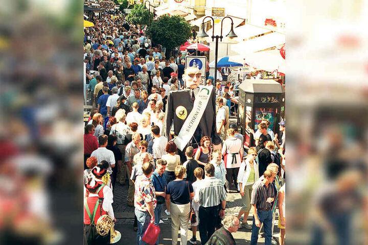 Mit einem großen Umzug, Stars wie Roland Kaiser und einem bunten Programm lockte Riesa vor 20 Jahren fast eine halbe Million Besucher in die Stadt.