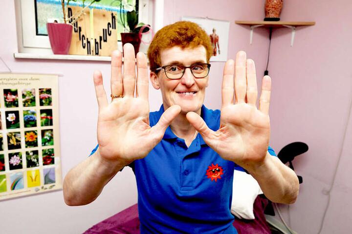 """""""Ich sehe mit meinen Händen"""": Physiotherapeutin Romy Sommer ist sehbehindert,  ihr Tastsinn dafür besonders geschärft."""