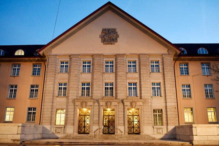 Vor dem Bezirksgericht in Zürich muss sich der Stuttgarter Anwalt verantworten.