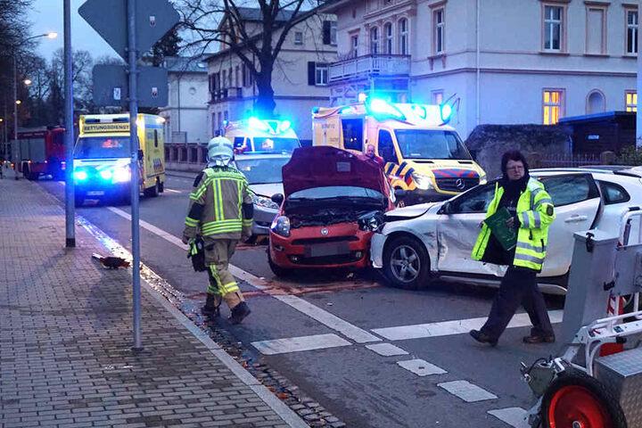 Insgesamt drei Personen wurden verletzt und mussten vom Rettungsdienst behandelt werden.