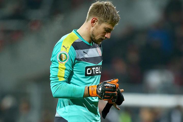 Lars Unnterstall, hier im Trikot von Fortuna Düsseldorf, musste gegen Ajax Amsterdam gleich sechs Mal hinter sich greifen. (Archivbild)