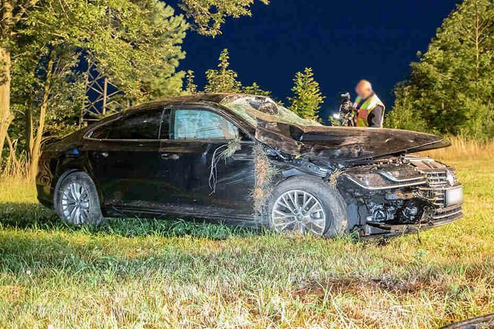 Der VW Passat landete völlig demoliert auf einer Wiese.