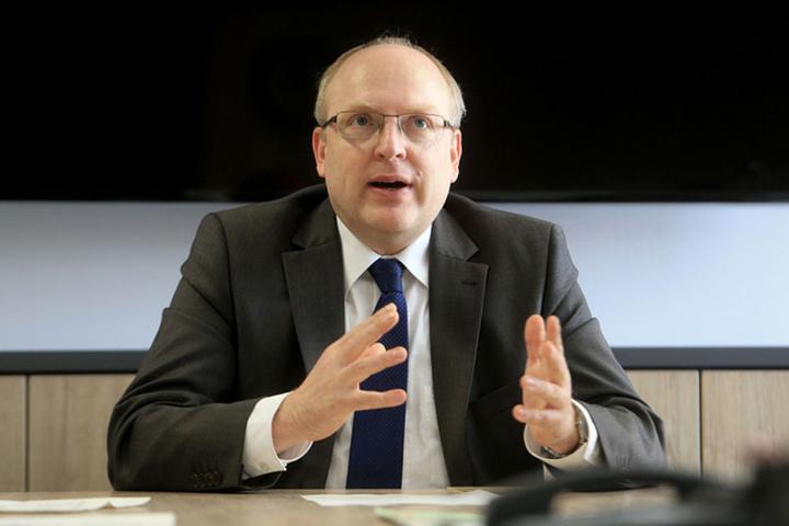 Kämmerer Sven Schulze (46, SPD) will rund 4,5 Millionen Euro für eine neue Zweifeldsporthalle ausgeben.