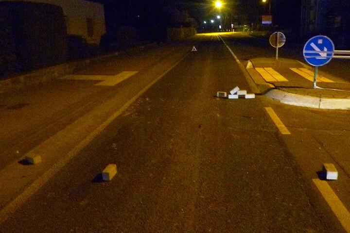 Gegen eine kleine Steinmauer krachte ein 32-jähriger Autofahren, der glücklicherweise unverletzt blieb.