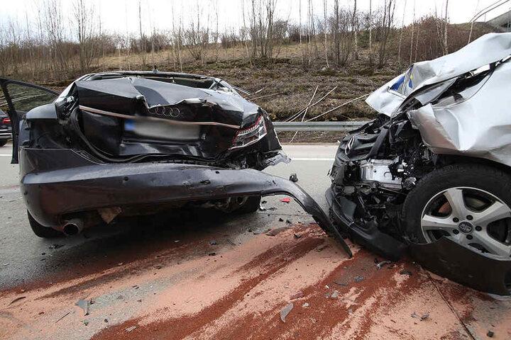 Bei dem Unfall wurde eine Person verletzt. Am Audi wie auch am Mercedes-Benz Vito entstand ein Totalschaden.