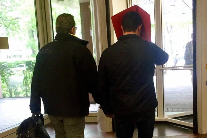 Der Müllwagenfahrer (rechts) verlässt das Amtsgericht zusammen mit seinem Anwalt (links).