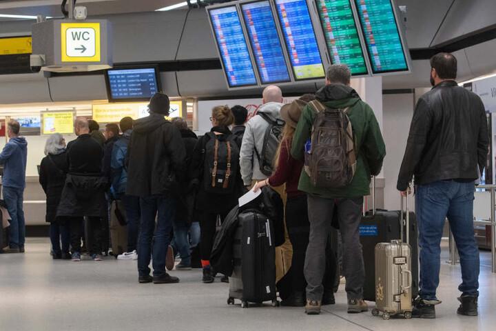 Wartende Reisende in Berlin am Montag.